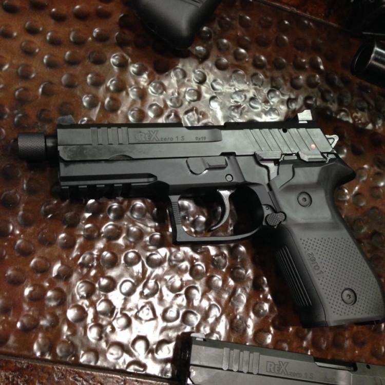 Pistole REX Zero 1 barva černá se závitem